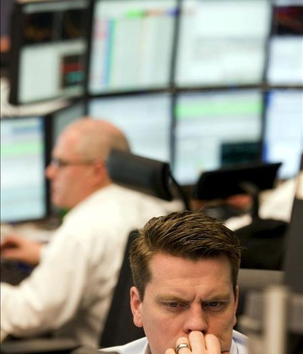 Un agente de bolsa observa su monitor en la Bolsa de Fráncfort del Meno. EFE/Archivo