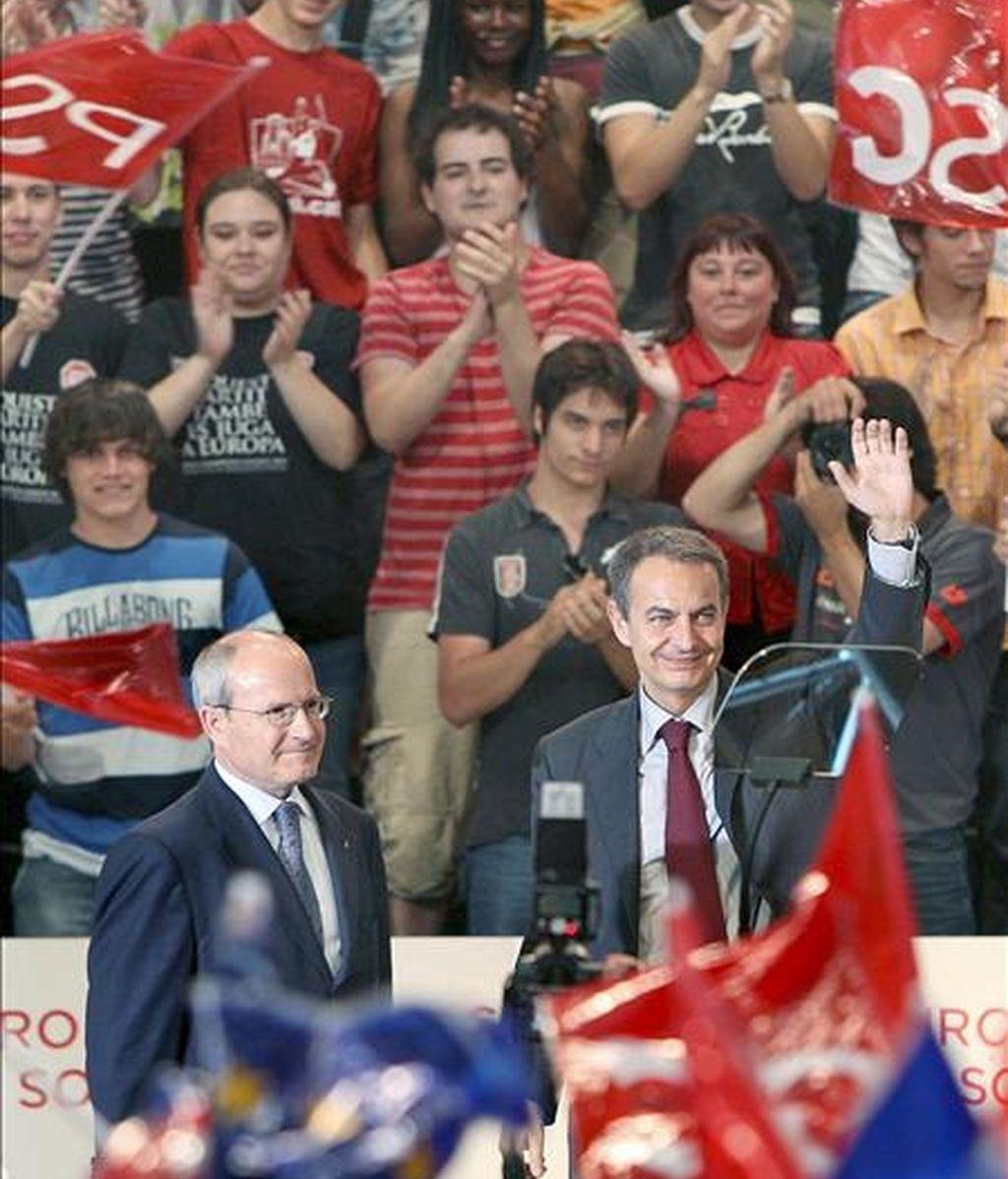 El presidente del Gobierno, José Luis Rodríguez Zapatero (d), y el presidente de la Generalitat, José Montilla, saludan durante el acto central de campaña del PSC que ha tenido lugar esta tarde en Barcelona. EFE