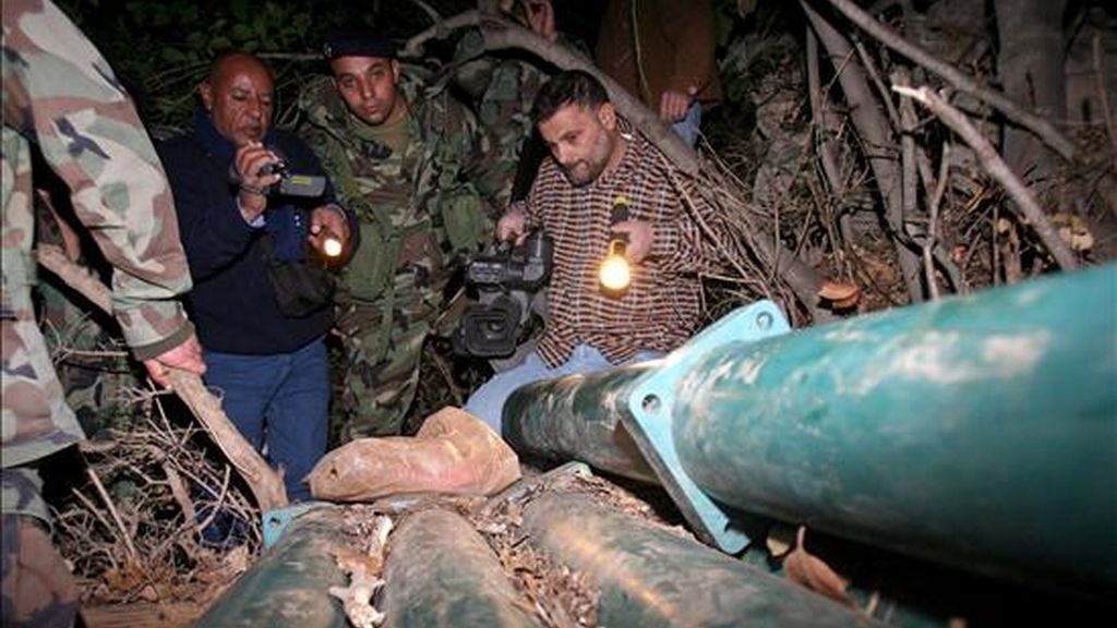 Un grupo de soldados libaneses inspecciona los cinco misiles encontrados hoy en el norte de Nakura. EFE
