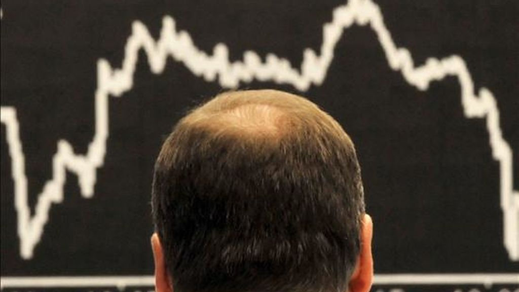 Un operador de la bolsa de Fráncfort observa la evolución del índice DAX. EFE/Archivo