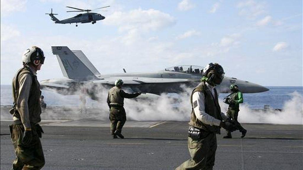"""Un avión FA-18 del Ejército de los Estados Unidos despega desde el portaaviones USS George Washington, en aguas del océano Pacífico, al este de la isla de Okinawa, hoy, 10 de diciembre de 2010. Japón y Estados Unidos llevarán a cabo la maniobra militar """"Exercise Keen Sword"""", del 3 al 13 de diciembre, que contará con la supervisión de oficiales militares surcoreanos. EFE"""