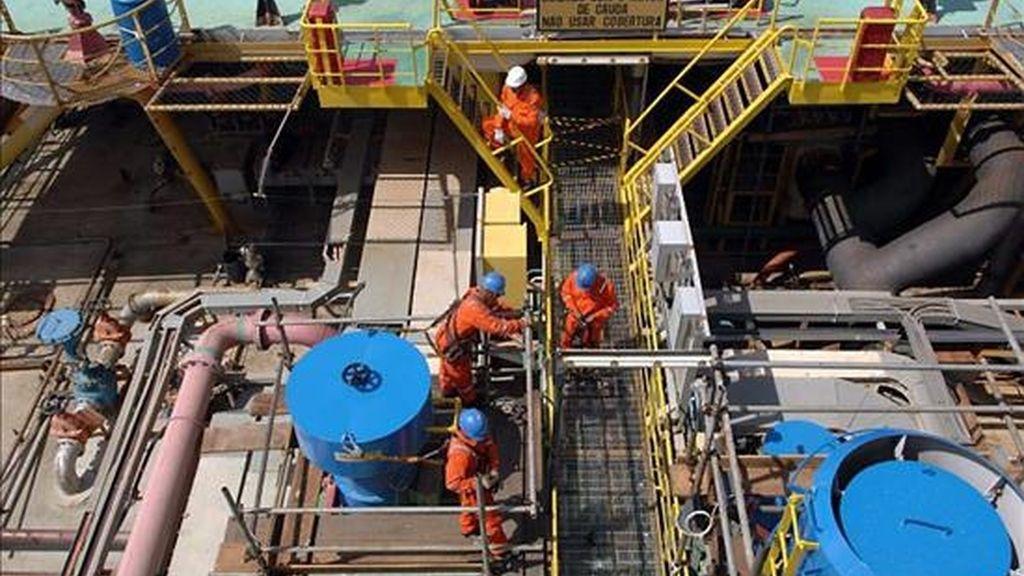 Fotografía de archivo sin fecha de la plataforma marina de producción FPSO P-34, de la petrolera brasileña Petrobras en el océano Atlántico. EFE/Archivo
