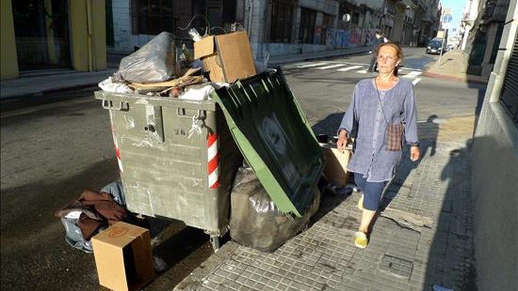 Detalle de un contenedor de basura, en Montevideo (Uruguay). EFE