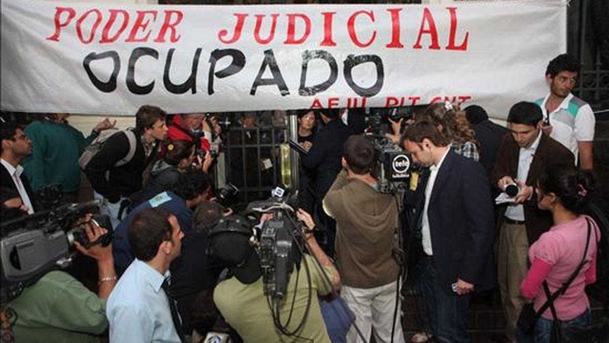 Autoridades dialogan con sindicalistas en el edificio de la Suprema Corte de Justicia (SCJ) de Uruguay  cuando un grupo de unos 100 funcionarios judiciales ocupó hoy esa sede y amenazan con mantenerse allí hasta que se cumplan sus exigencias salariales, un paso más en la escala de conflictos laborales que azotan el país en las últimas semanas. EFE