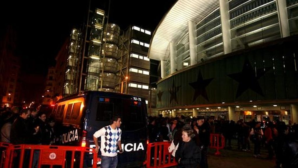 Agentes de la policía a las puertas del palacio de los Deportes de Madrid, donde gran número de personas esperaban para asistir al concierto que la cantante estadounidense Lady Gaga ofreció esta noche en la capital. EFE