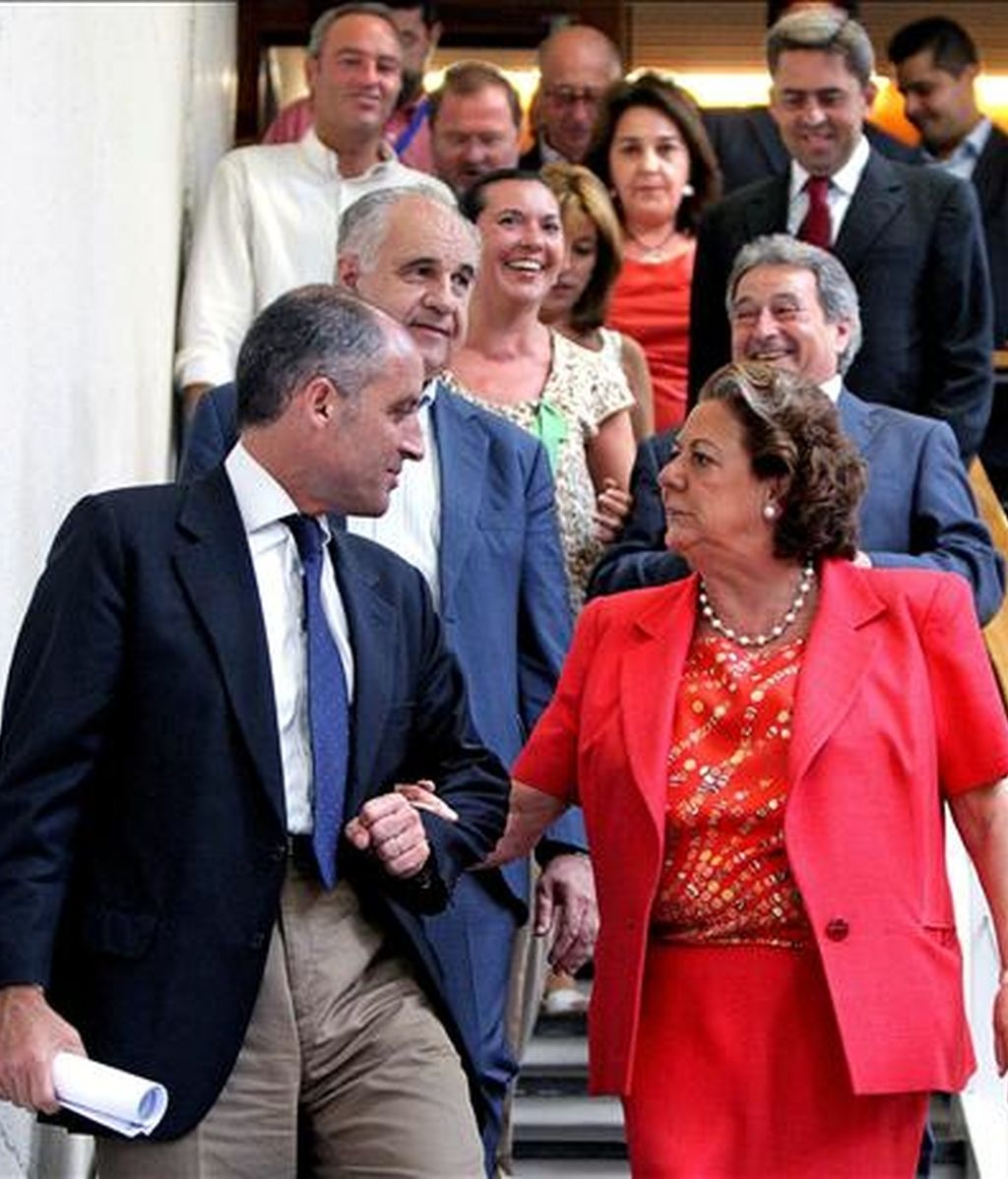 El president de la Generalitat, Francisco Camps, conversa con la alcaldesa de Valencia, Rita Barberá, a su llegada al Palau de la Música. EFE