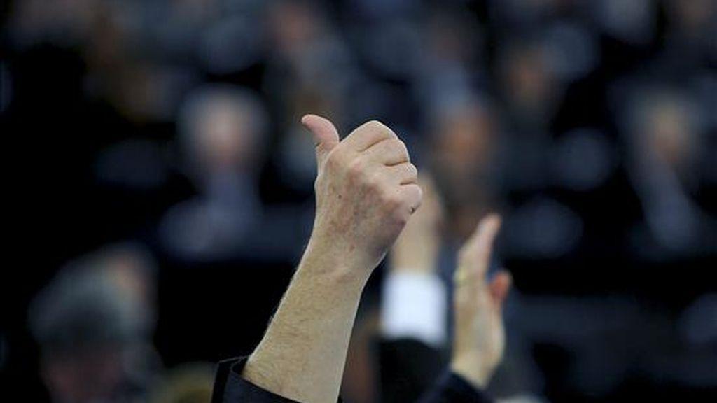 Diputados del Parlamento Europeo votan a mano alzada una resolución. EFE/Archivo