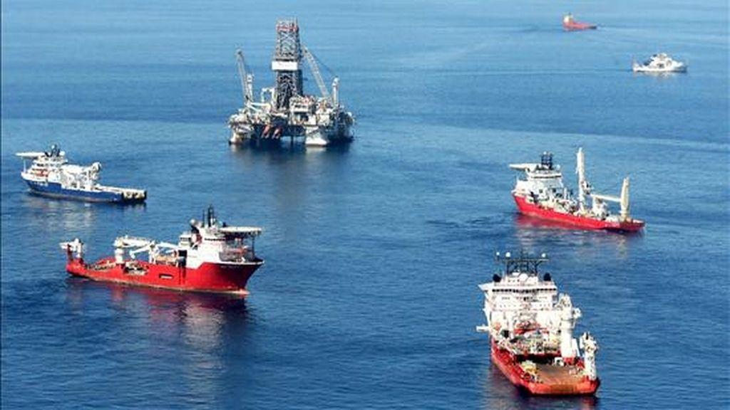 """Continúan los trabajos de mantenimiento junto a la plataforma """"Development Horizon"""" en el Golfo de México, (Estados Unidos). EFE"""