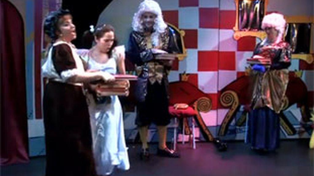 """La Compañía Tarambana, durante la adaptación teatral de """"La princesa Ana""""."""