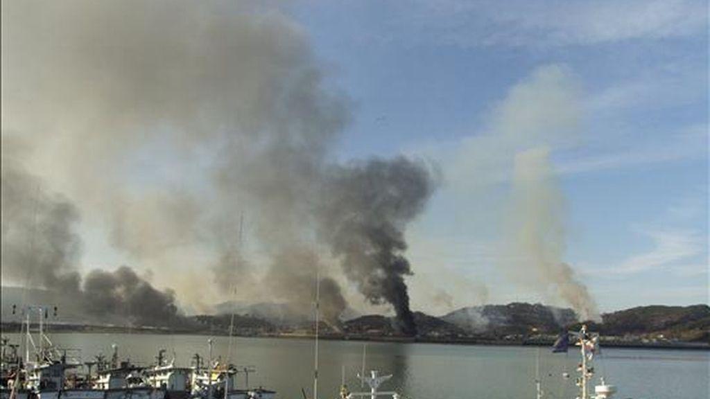Colmnas de fuego salen de la isla de Yeonpyeong, cerca de la frontera marítima entre ambos países en el Mar Amarillo, tras el ataque norcoreano con fuego de artillería, este 23 de noviembre. EFE