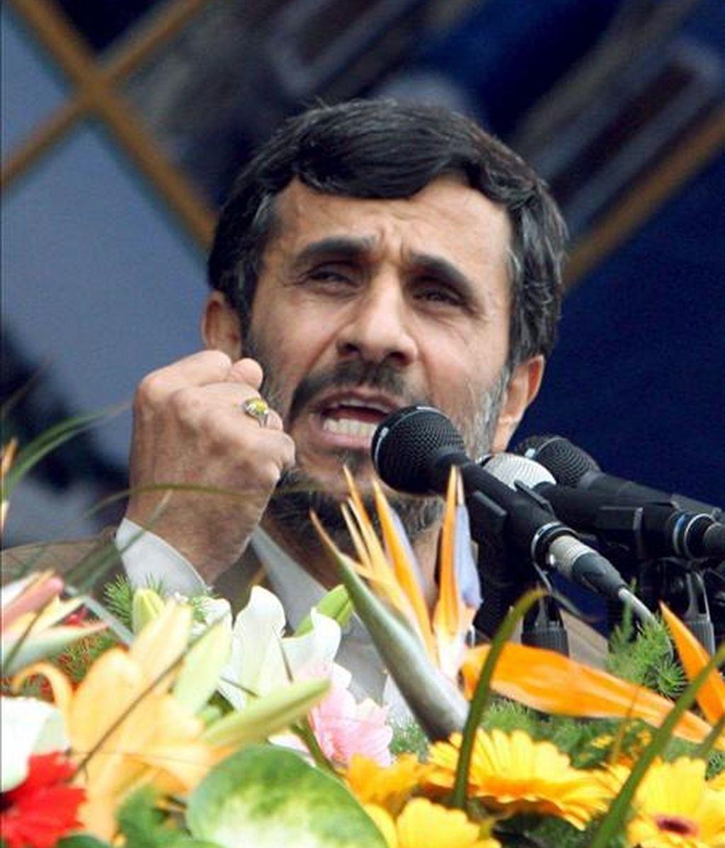 """El presidente iraní, Mahmud Ahmadinejad, pronuncia un discurso durante la ceremonia conmemorativa por el 30 aniversario de la revolución islámica, en Teherán (Irán), hoy, 10 de febrero. Ahmadineyad aseguró que su país está dispuesto al diálogo con Estados Unidos, pero en condiciones de """"igualdad y de respeto mutuo"""". El líder iraní hizo estas declaraciones en Teherán ante decenas de miles de personas con motivo de la celebración del 30 aniversario del triunfo de la revolución islámica y horas después de que el presidente de EEUU, Barack Obama, expresara su deseo de mantener un diálogo directo con Irán. EFE"""