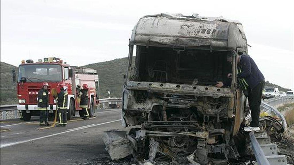 Dos hombres han muerto y otros dos han resultado heridos esta mañana al chocar un turismo y un camión (en la imagen) en la N-340 a la altura de la localidad castellonense de Santa Magdalena de Pulpis. EFE