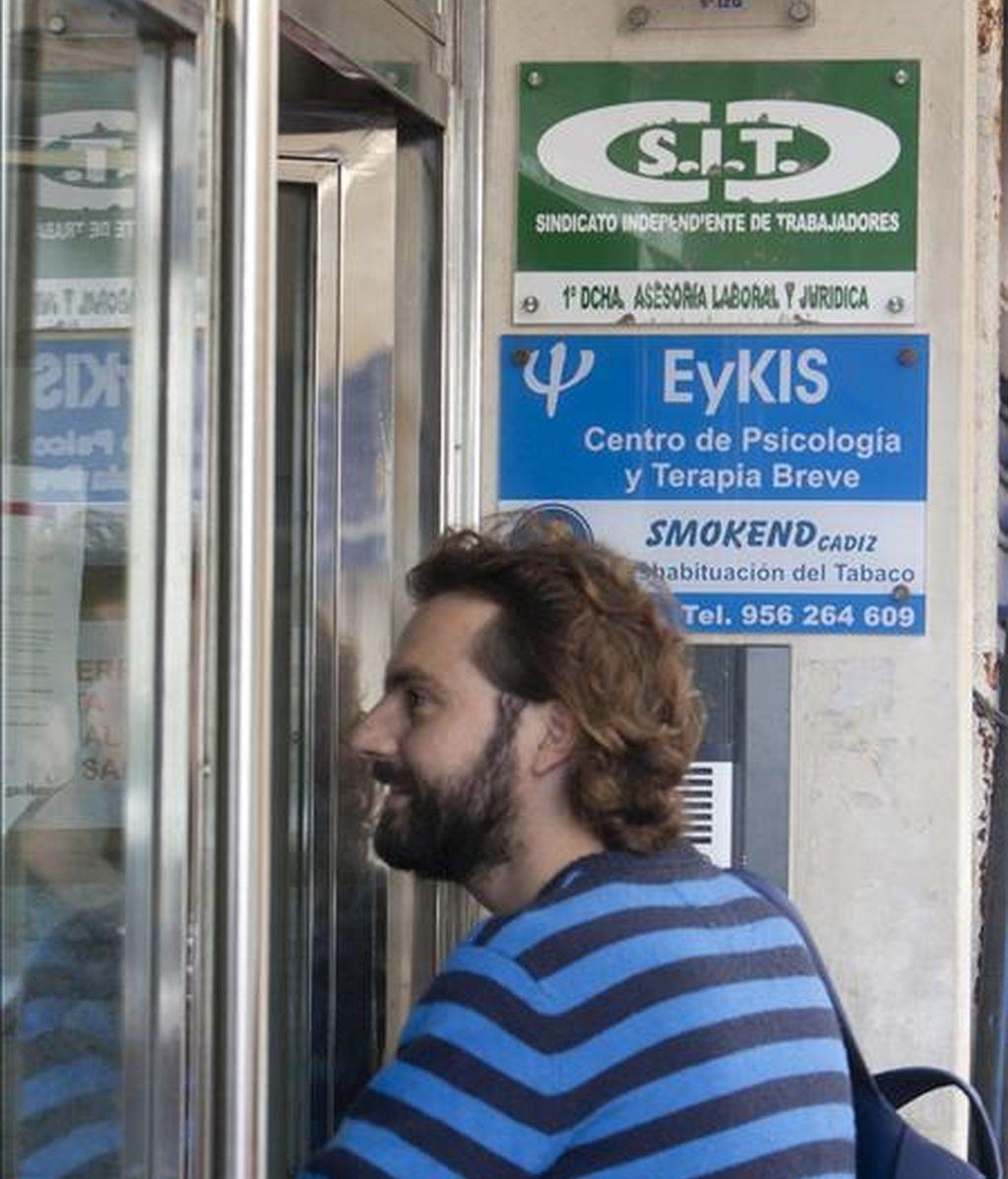 Un joven entra en el edificio donde se encuentra una de las oficinas del sindicato SIT eje de la operación en la que la Guardia Civil de Cádiz ha detenido a diez personas que pertenecían a una red dedicada a expedir titulaciones académicas falsas. EFE