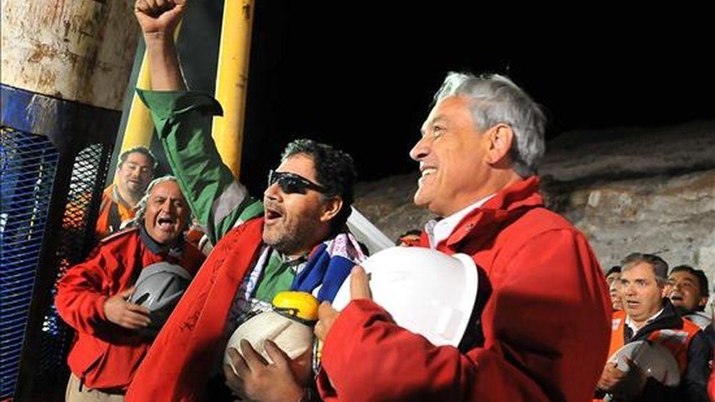 El último minero rescatado Luis Urzúa (i) celebra junto al presidente chileno, Sebastián Piñera, el pasado 13 de octubre. EFE/Archivo