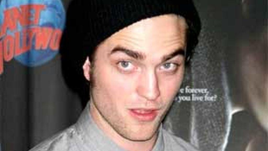Pese a los constantes rumores de noviazgo con Kristen Stewart, Robert Pattinson sigue insistiendo en sus problemas para encontrar una chica que le quiera.