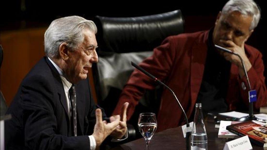 """El escritor peruano Mario Vargas Llosa (i), acompañado por el escritor y periodista Juan Cruz, durante la conferencia magistral """"Asedios a Juan Carlos Onetti"""" que ha ofrecido durante las jornadas de homenaje al escritor uruguayo, que han comenzado hoy en la Casa de América de Madrid con motivo del centenario de su nacimiento. EFE"""