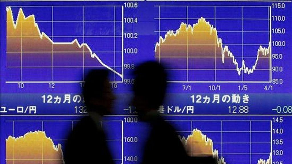 Dos peatones caminan hoy frente a un tablero electrónico con valores de la Bolsa de Tokio (Japón). La Bolsa de Tokio perdió hoy un 2,69 por ciento debido al temor generado en torno a los próximos resultados financieros de las empresas estadounidenses correspondientes al primer trimestre del año, lo que hizo caer el martes a Nueva York. El índice Nikkei de la Bolsa de Valores de Tokio retrocedió 237,84 puntos, hasta las 8.595,01 unidades, mientras el Topix, que agrupa a todos los valores de la primera sección, cayó 38,03 enteros, el 2,08 por ciento, hasta los 815,26 puntos. EFE