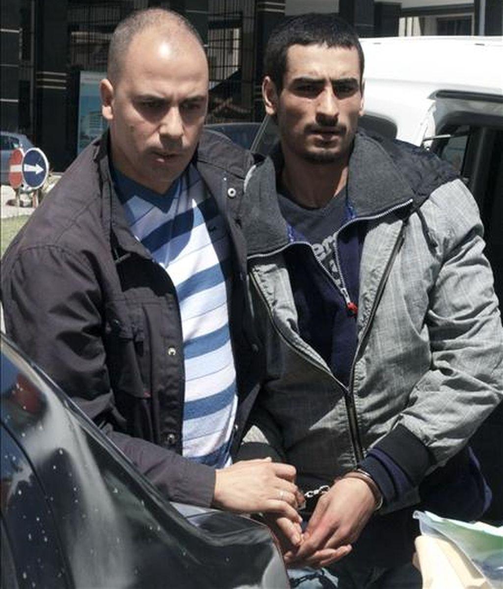 El asesino confeso de un matrimonio español el pasado abril en Asilah (Marruecos), Tarek El Hauari (d), trasladado por miembros de la Policía Judicial al Tribunal de Apelación de Tánger. EFE/Archivo