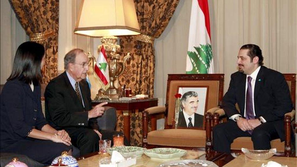 Fotografía facilitada por la agencia Dalati & Nohra que muestra al jefe del grupo parlamentario más importante de Líbano, Saad Hariri (d), junto al enviado de Estados Unidos para Oriente Medio, George Mitchell (c), durante su reunión en Beirut (Líbano), el 12 de junio.  Mitchell se encuentra de gira por Oriente Medio para impulsar el proceso de paz en la región. EFE