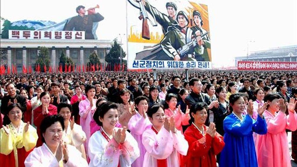 """Unas cien mil personas se congregan en la Plaza Kim II Sung para celebrar el lanzamiento del satélite norcoreano Kwangmyongsong-2 en Pyongyang, Corea del Norte, hoy, miércoles 8 de abril.  En medio de las críticas internacionales, Corea del Norte efectuó el pasado 5 de abril, el lanzamiento del cohete """"Unha-2"""" despegando de la base norcoreana de Musudan-ri, que transportaba el satélite de comunicaciones Kwangmyongsong-2. EFE/KCNA"""
