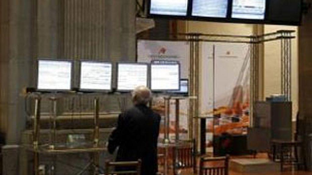 Un operador observa el movimiento el Ibex-35. Foto: EFE.