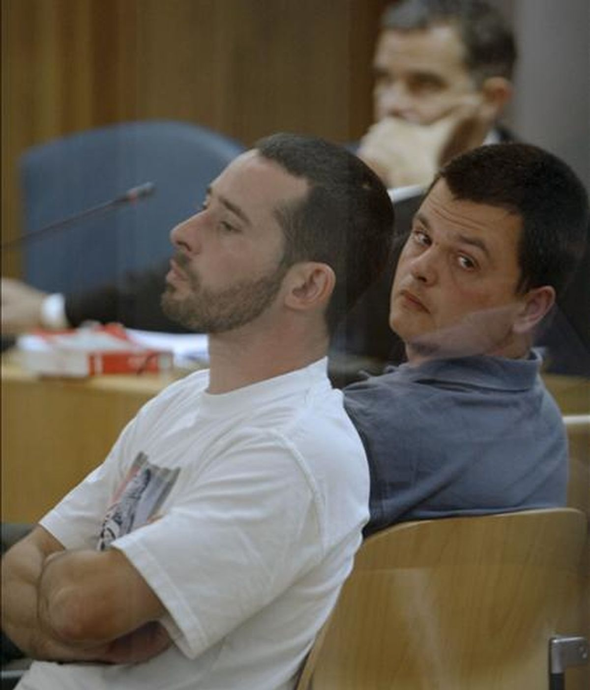 Los presuntos miembros de los GRAPO Israel Clemente (d) y Jorge García Vidal (i), durante un juicio celebrado por un atraco en la Audiencia Nacional. EFE/Archivo