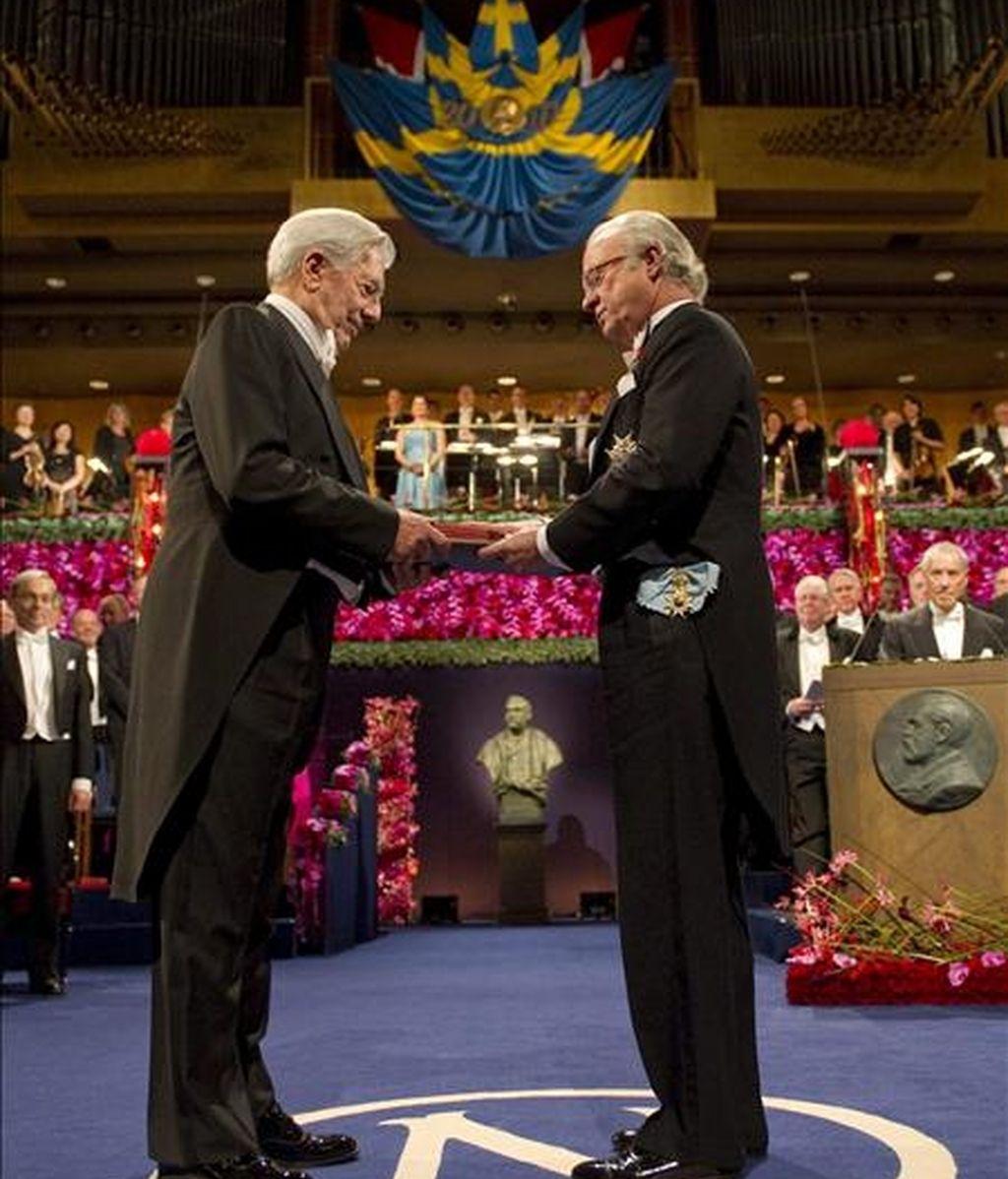 El rey Carlos Gustavo de Suecia entrega al escritor peruano Mario Vargas Llosa (izda) la medalla y el diploma que le acreditan como Premio Nobel de Literatura 2010, durante la ceremonia celebrada en la Sala de Conciertos de Estocolmo. EFE