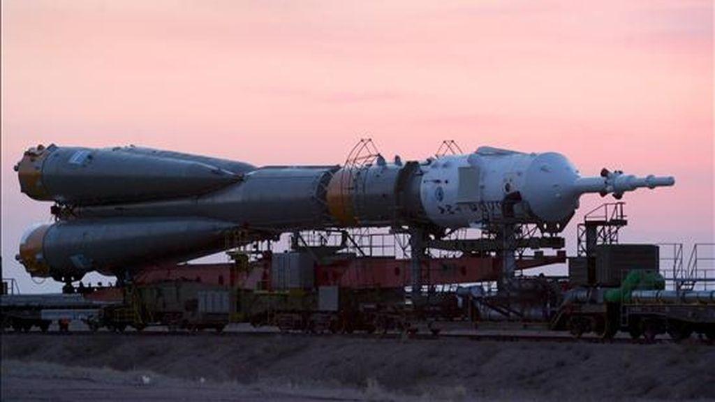 """En la imagen, el cohete """"Soyuz"""" es trasladado a su rampa de lanzamiento en el cosmódromo Baikonur, en Kazajistán. EFE/Archivo"""