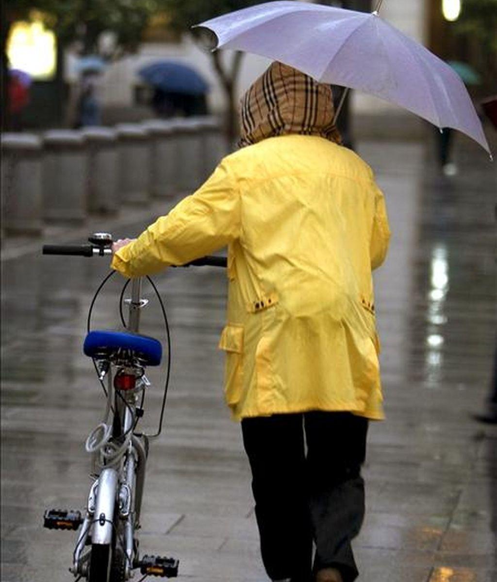 Una mujer se protege con su paraguas. EFE/Archivo