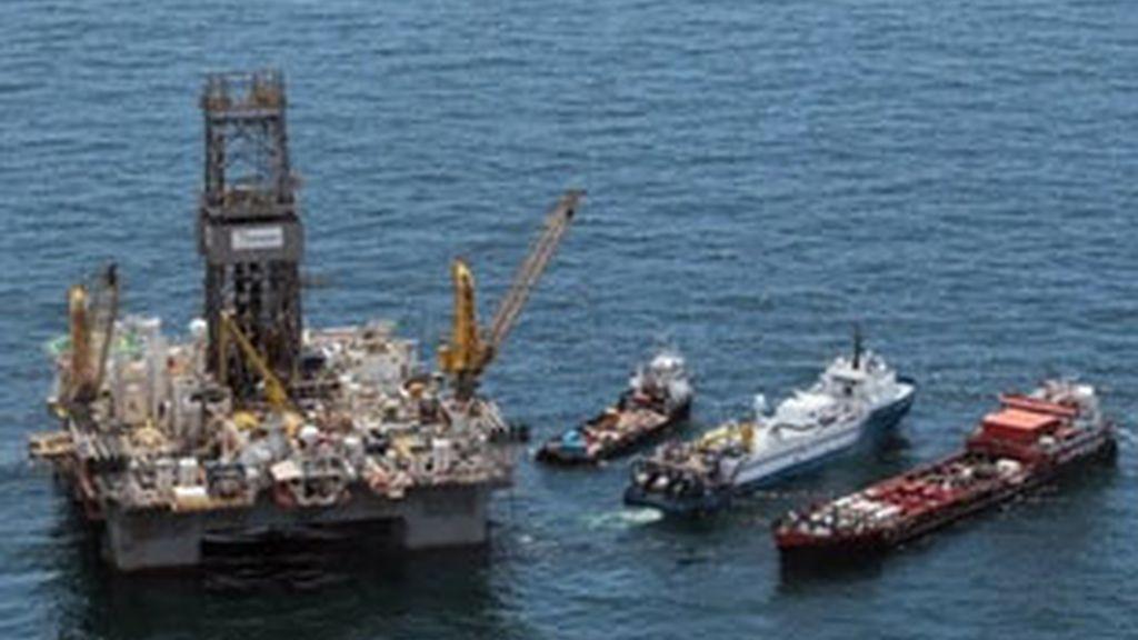 BP instaló la semana pasada una enorme campana sobre el orificio por el que fluía crudo al mar. FOTO: AP