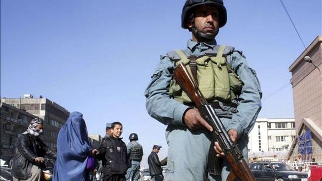 Un policía afgano hace guardia en una calle de Kabul (Afganistán), el 30 de noviembre de 2010. EFE