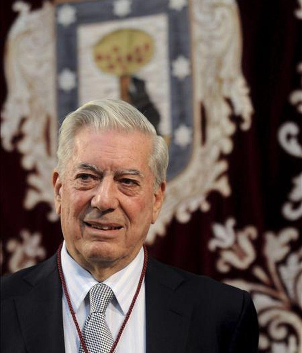 El premio Nobel de Literatura, Mario Vargas Llosa, recibió hoy el título de Hijo Adoptivo de la Villa de Madrid, de manos del alcalde, Alberto Ruíz Gallardón. EFE