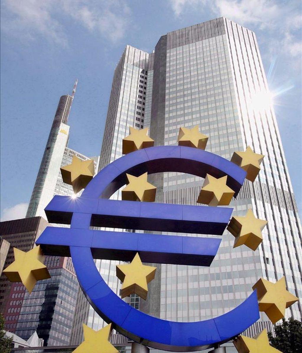 Foto de archivo de la sede del Banco Central Europeo tras el logotipo del euro en Fráncfort (Alemania). EFE/Archivo