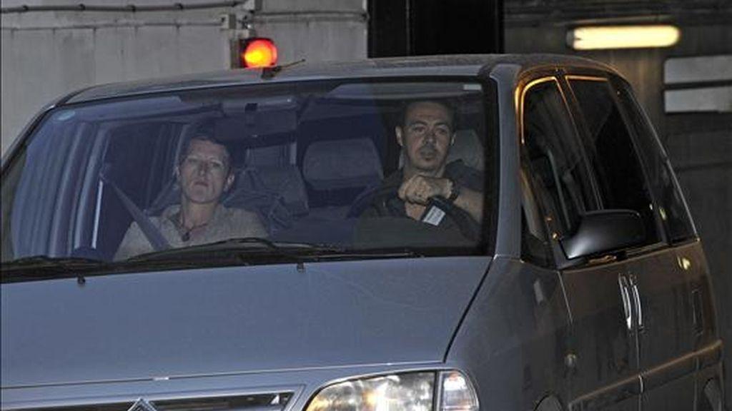 Un vehículo policial sale de la oficina principal de la brigada de investigación financiera el pasado16 de julio en París (Francia). EFE/Archivo