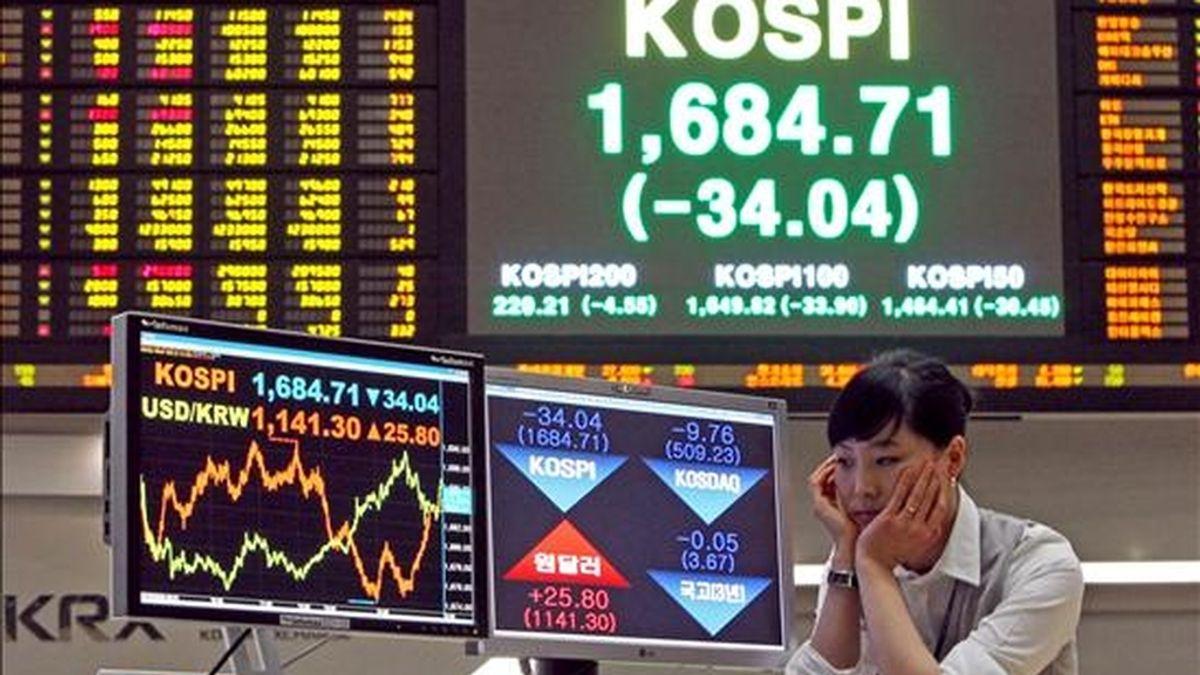 Una agente de bolsa observa las pantallas del índice Kospi del mercado surcoreano. EFE/Archivo