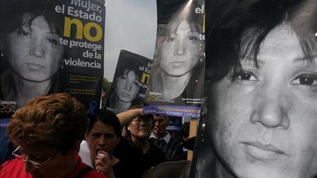 El estudio con motivo del Día Internacional para la Eliminación de la Violencia hacia la Mujer, revela que 67 de las mujeres perecieron a manos de su pareja, ex pareja o un familiar. En la imagen, manifestación contra la violencia hacia las mujeres en Lima. EFE/Archivo