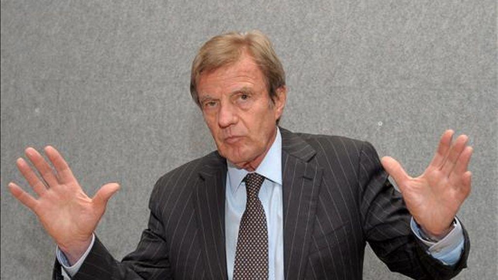 El ministro de Exteriores francés, Bernard Kouchner, habla con la prensa durante la reunión de ministros de Exteriores de la Unión Europea en Luxemburgo, el 15 de junio de 2009. EFE