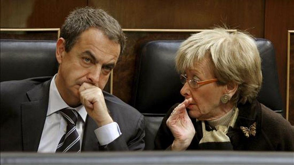 El presidente del Gobierno, José Luis Rodríguez Zapatero, conversa con la vicepresidenta, María Teresa Fernández de la Vega, durante un pleno en el Congreso. EFE/Archivo