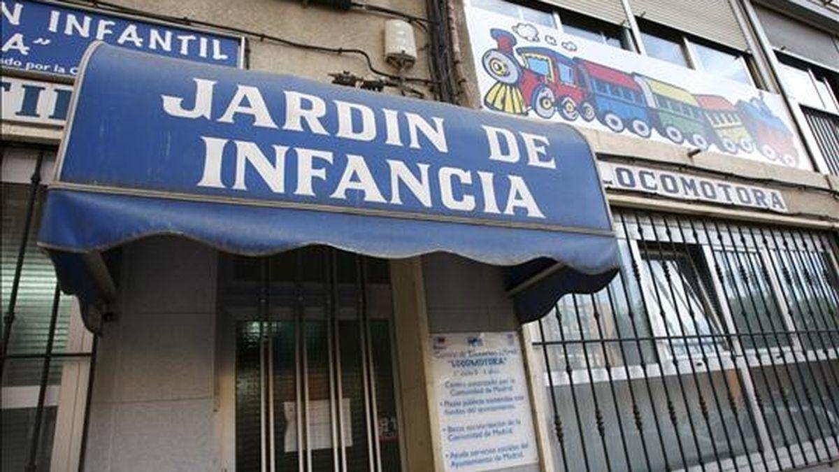 """Vista de la entrada de la escuela infantil """"Locomotora"""", del distrito madrileño de Fuencarral, donde se ha confirmado hoy un caso de contagio del virus de la gripe AH1N1, mientras que seis casos permanecen en estudio. EFE"""