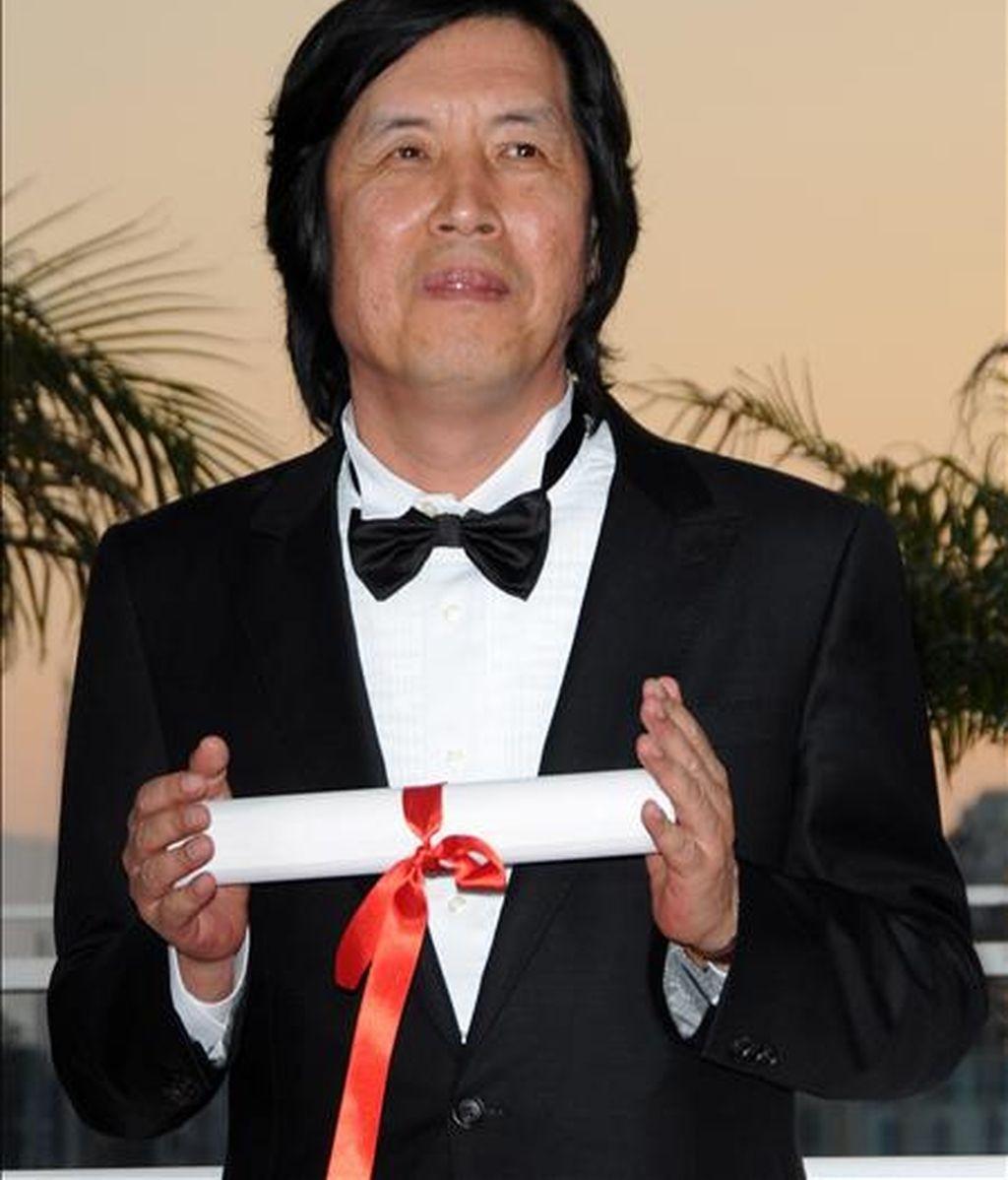 """El director surcoreano de cine Lee Chang-dong posa el 23 de mayo de 2010, tras ganar el premio al Mejor Guión de la edición 63 Festival de Cannes por la película """"Poetry"""", en Cannes (Francia). EFE/Archivo"""