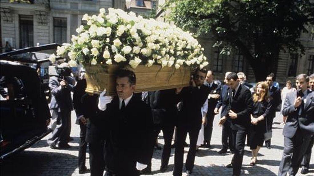 En la imagen el féretro con los restos mortales del escritor argentino Jorge Luis Borges, antes de su entierro en el panteón de hombres ilustres del cementerio de Plainpalais de Ginebra. EFE/Archivo