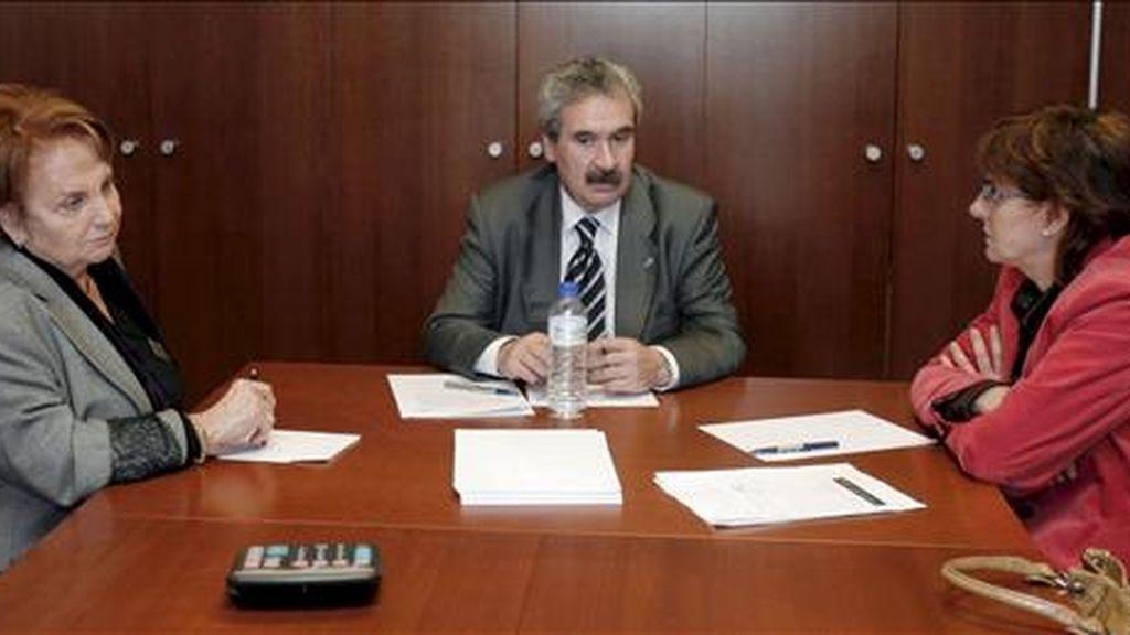 El consejero de Industria y Empleo, Graciano Torre (c), durante la reunión que ha mantenido con las alcaldesas de Gijón, Paz Fernández Felgueroso (i), y Avilés, Pilar Varela (d), hoy en Oviedo. EFE