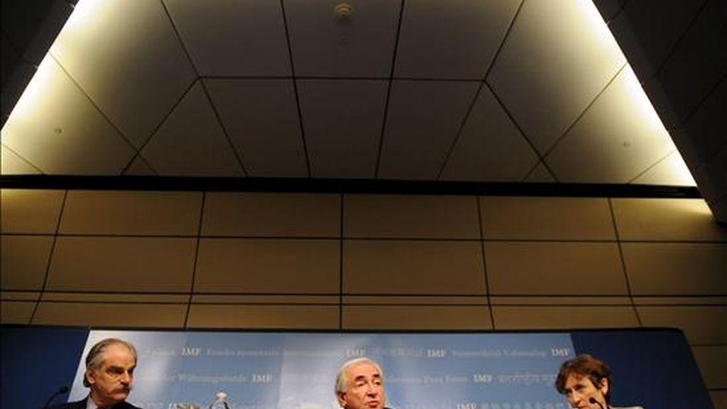 """El FMI ha propuesto gravar en todo el mundo con dos nuevos impuestos al sector financiero, lo cual, según el director gerente del FMI, Dominique Strauss-Kahn (c), """"reduciría la toma de riesgos"""" por parte de la banca. EFE"""