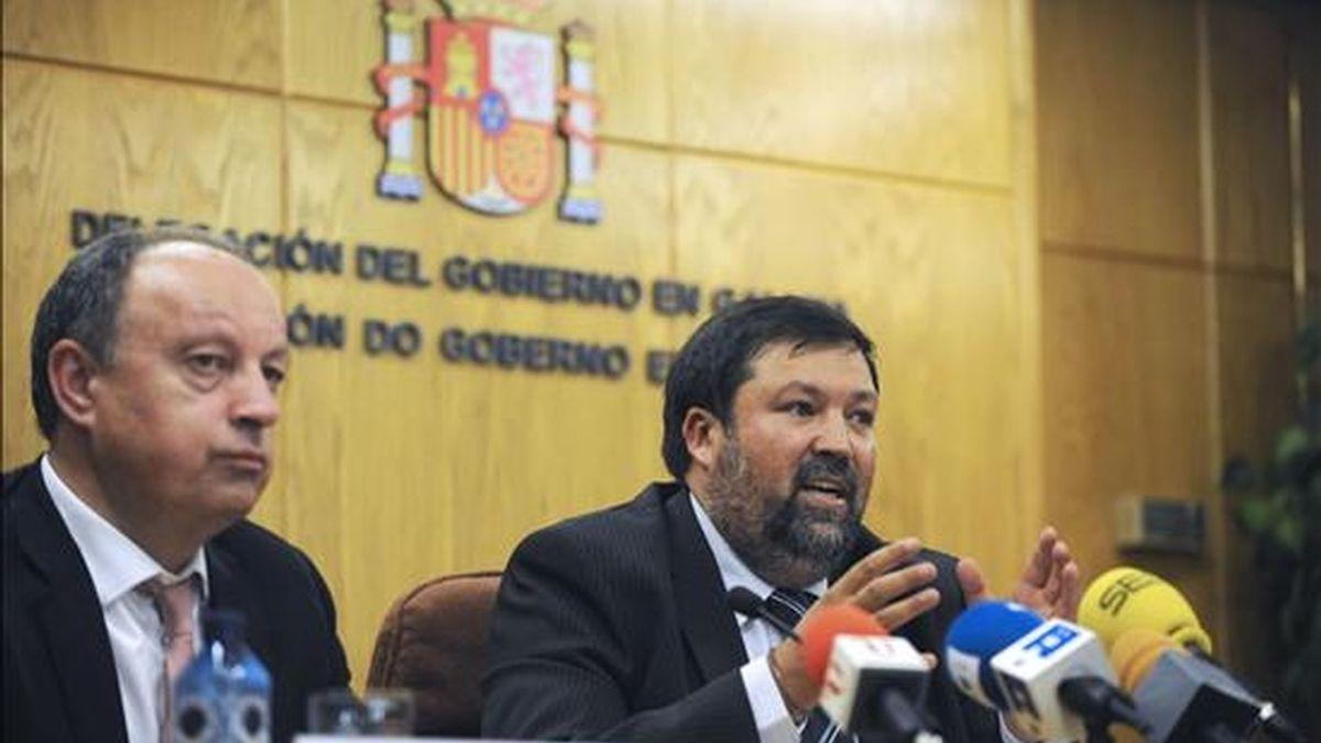 El ministro de Justicia, Francisco Caamaño, acompañado por el delegado del Gobierno en Galicia Antón Louro (d), durante la rueda de prensa que ha ofrecido esta tarde en A Coruña. EFE
