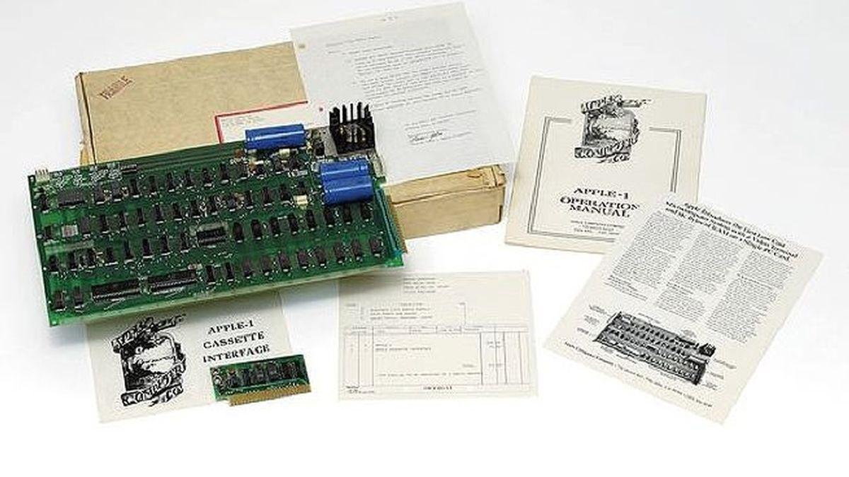 El Apple 1 con la factura de compra, una carta de Steve Jobs que acompañaba la venta en 1976.