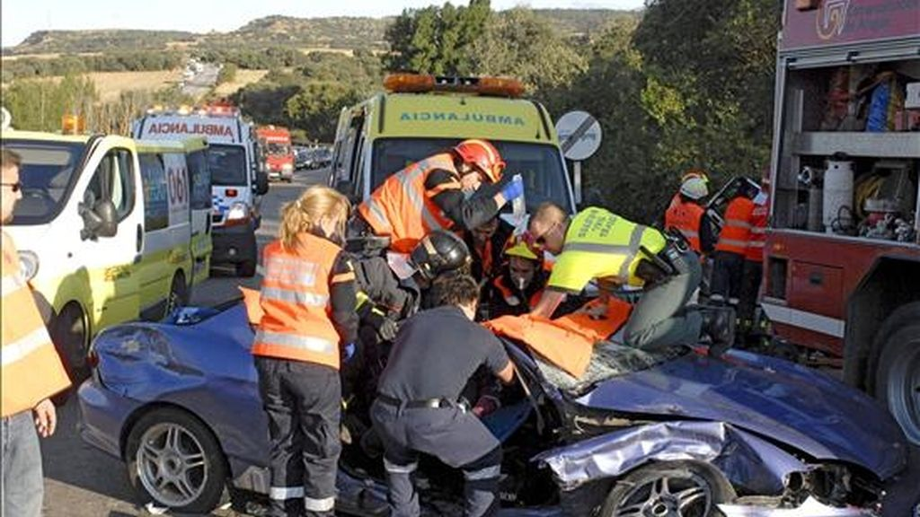 Los bomberos de Huesca y los servicios médicos del 061, atienden a una de las personas atrapada en el interior del un vehículo tras chocar con un automóvil el pasado mes de agosto en la carretera N-240 de Huesca. EFE/Archivo