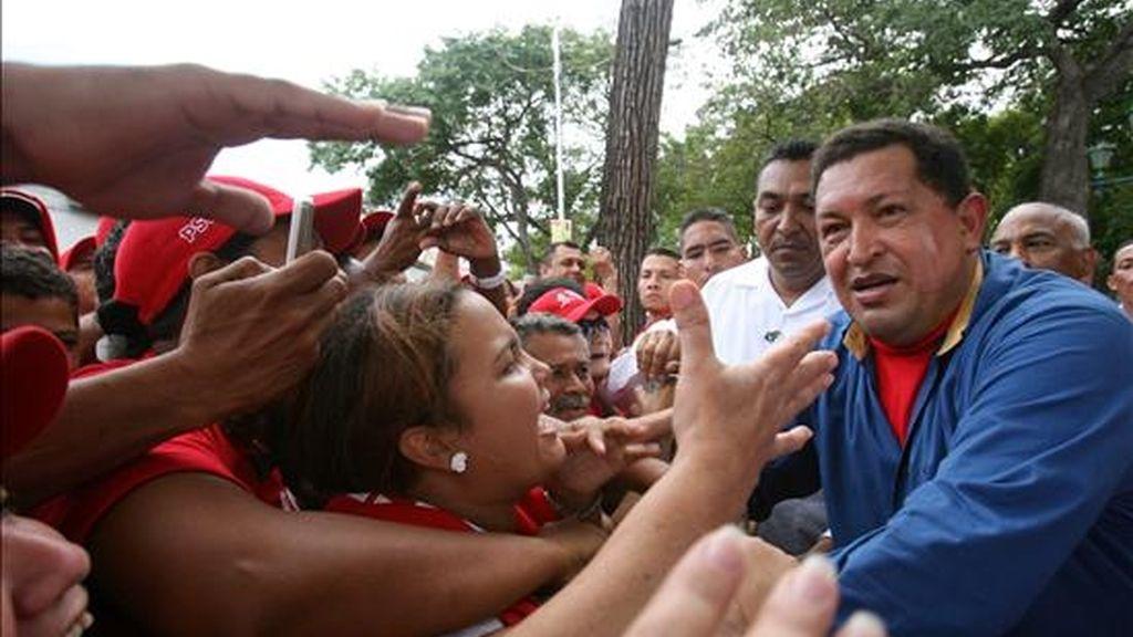 En el referendo del próximo día 15 los venezolanos decidirán si aprueban o no la enmienda constitucional que permitiría a Hugo Chávez optar a un tercer mandato. EFE/Archivo