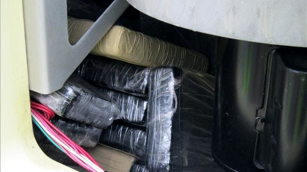 Fotografía facilitada por la Guardia Civil de Tarragona y la Agencia Tributaria que han intervenido en el Puerto de Tarragona un contenedor con 44 kilos de cocaína. EFE