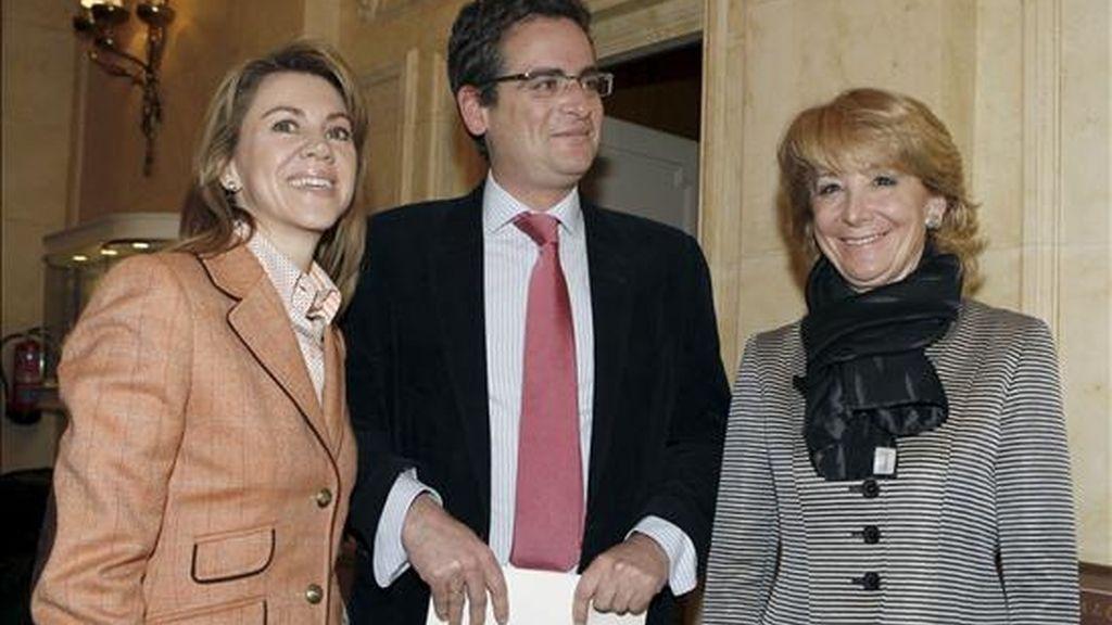El candidato del PP a lehendakari, Antonio Basagoiti, posa junto a la secretaria general del PP, María Dolores de Cospedal (i), y la presidenta de la Comunidada de Madrid, Esperanza Aguirre (d), momentos antes de participar hoy en el ciclo sobre las elecciones vascas del Fórum Europa. EFE
