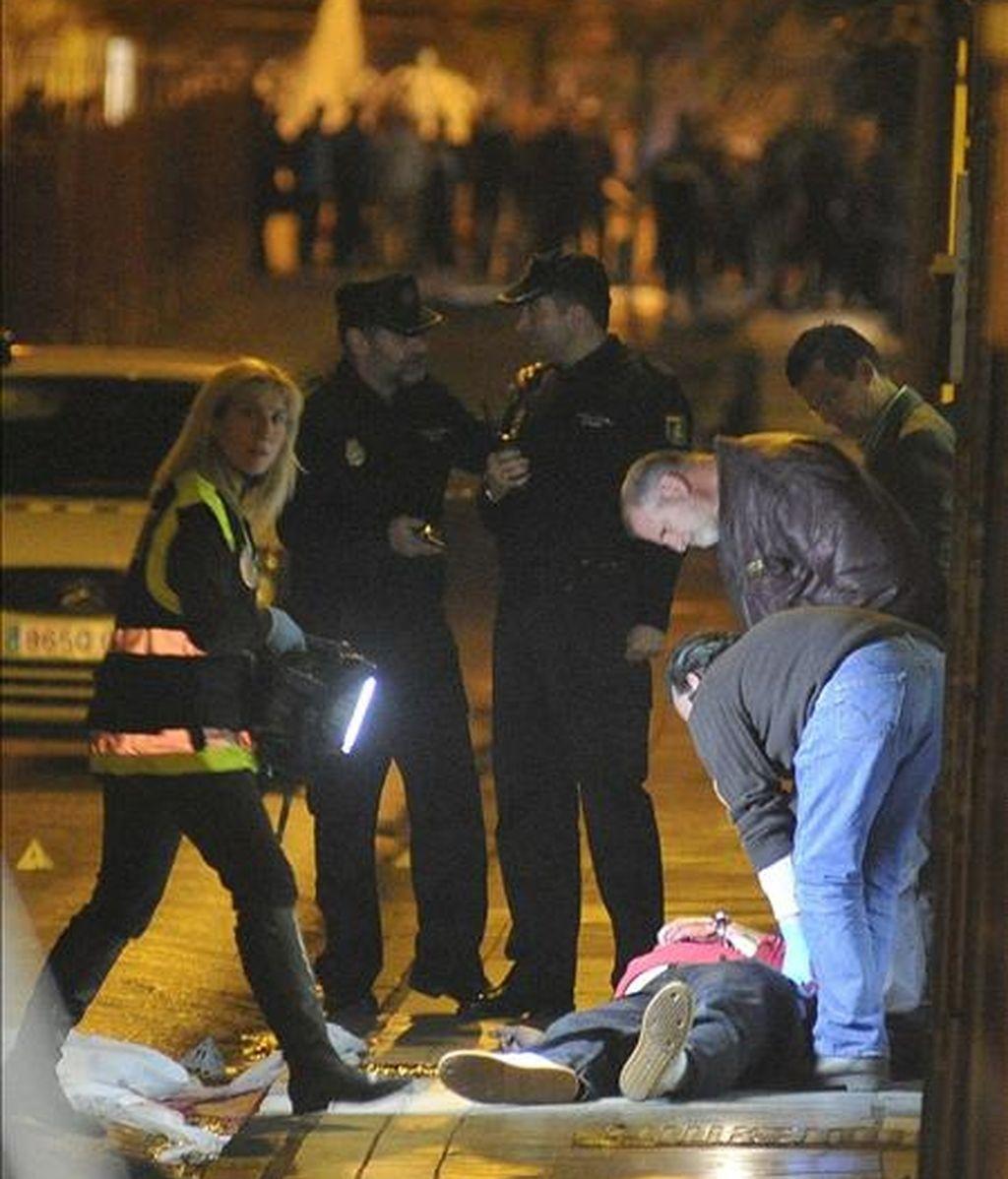 Un hombre de 43 años, con iniciales J.M.R.M., ha muerto hoy en una calle de Granada capital después de que un varón le disparase en la parte posterior de la cabeza para después darse a la fuga. EFE